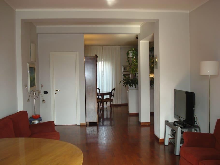 dalla sala open space con vista cucina a destra