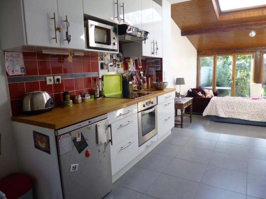 Une cuisine équipée ouverte sur le séjour.