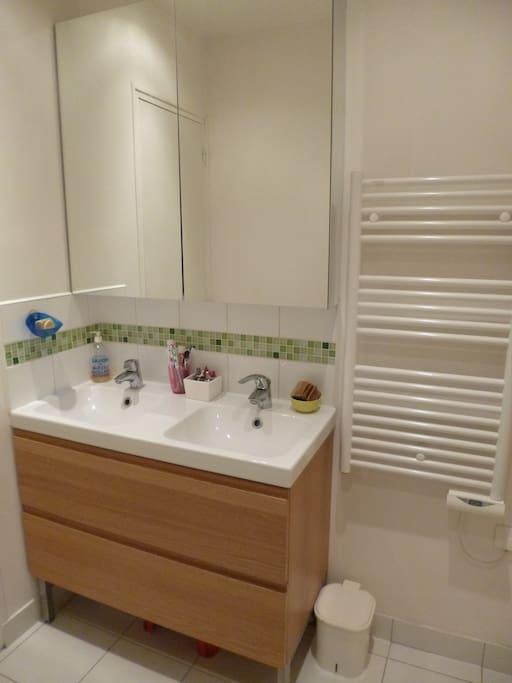 Salle d'eau avec douche et WC séparé.