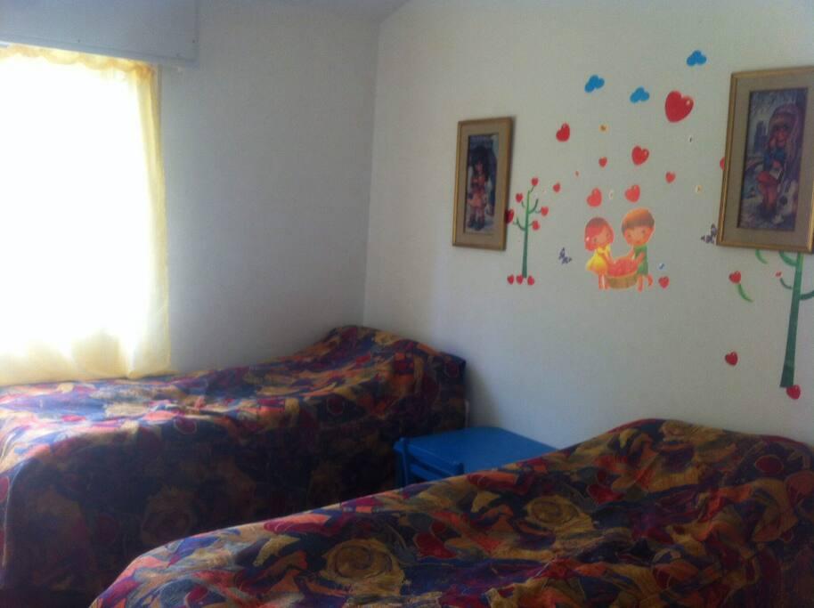 Dormitorio con dos camas de una plaza y placar