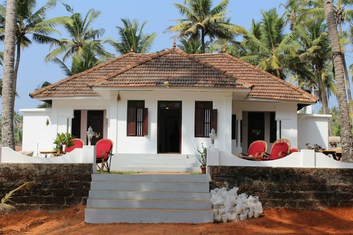 Vibes Beach House is a 180 year old heritage home - Varkala - Bed & Breakfast