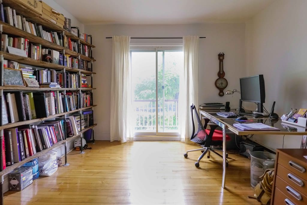 The office has a PC at your disposal (with guest login) as well as library for your browsing. Oh and the wifi comes from here but that's everywhere in the apartment!