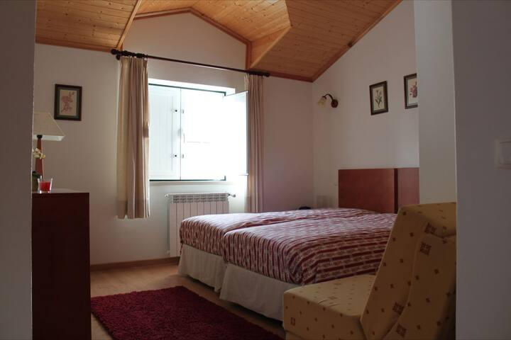 Quarto das giestas -  2 camas - Correias - Bed & Breakfast