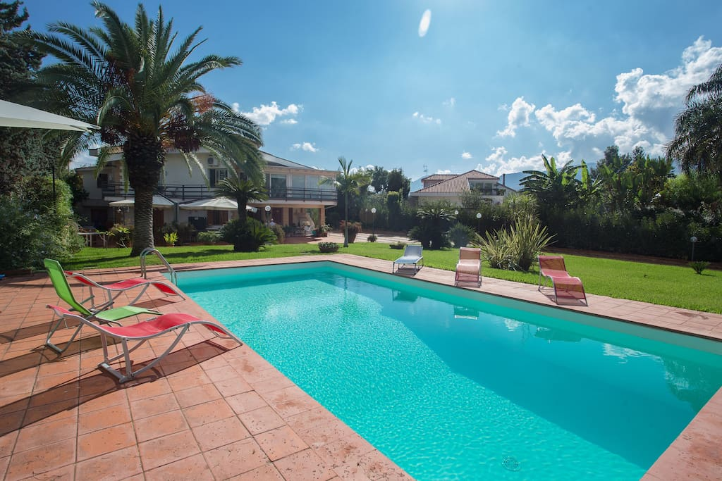 Lussuosa villa con piscina ville in affitto a palermo sicilia italia - Villa italia piscina ...