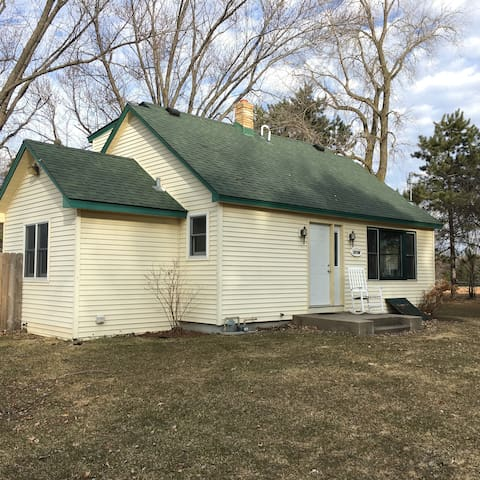 Private room  in suburban area close to 35W - Circle Pines - House