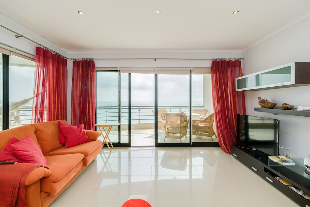 The living room with view to the beach