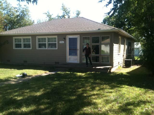3 bedroom home, quiet, accessible - Tulsa