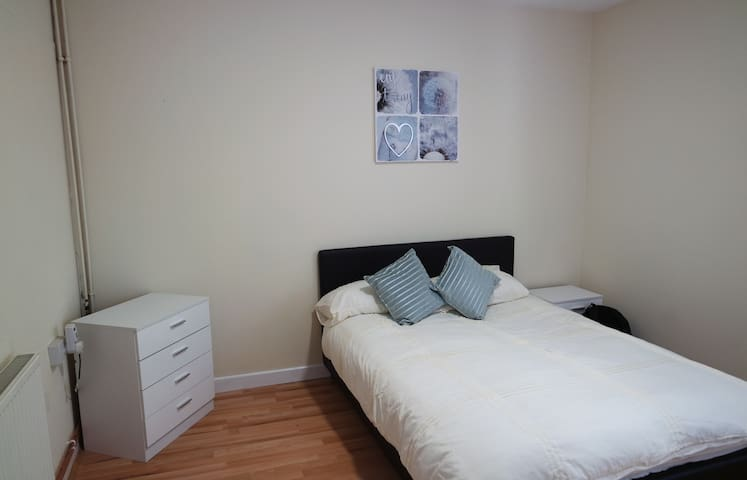Jaylets Modern Double Bedroom 503 with Shared Kitchen & Parking