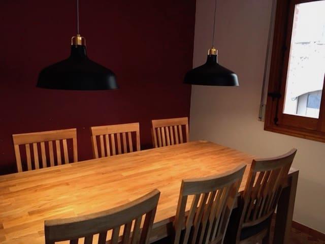 Mesa y 6 sillas de madera en el comedor.