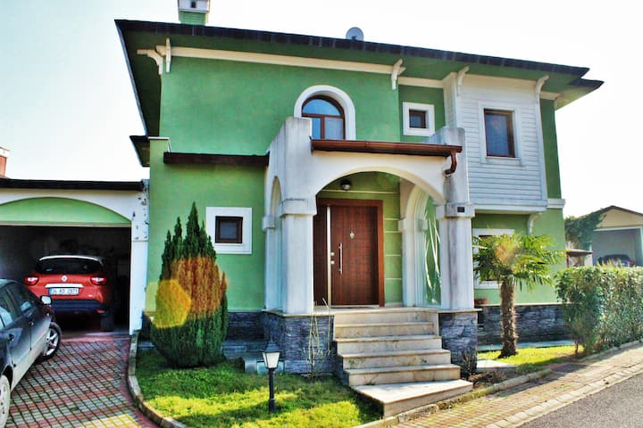 Perfect Located Triplex Villa Zekeriyakoy