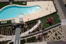 los juegos, piscina y parquecito desde arriba