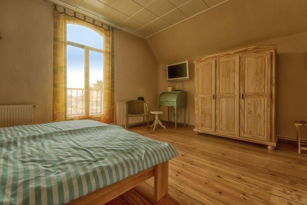 Romantisch, sonnig, großzügig - mit Balkontür, Naturholzmöbeln und originalem Dielenfußboden.