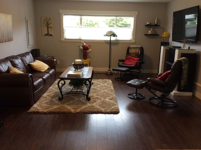 Newly Renovated Bright and Spacious Suite