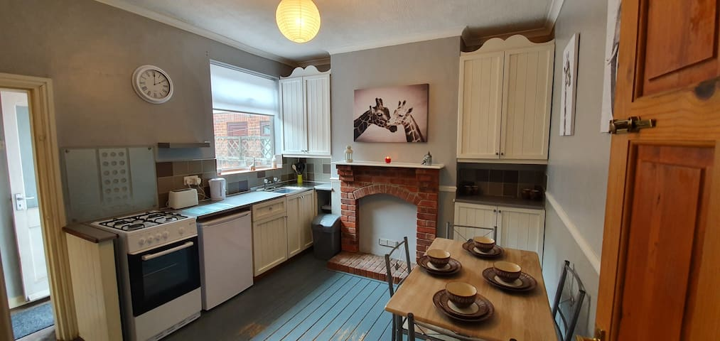 Delightful 2 Bed House in Hull with easy parking