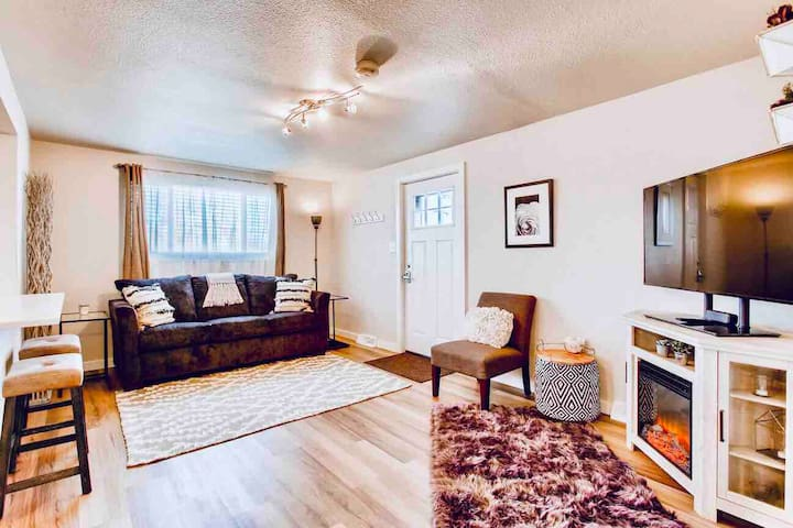 Bright, cozy apartment mins to downtown Denver!