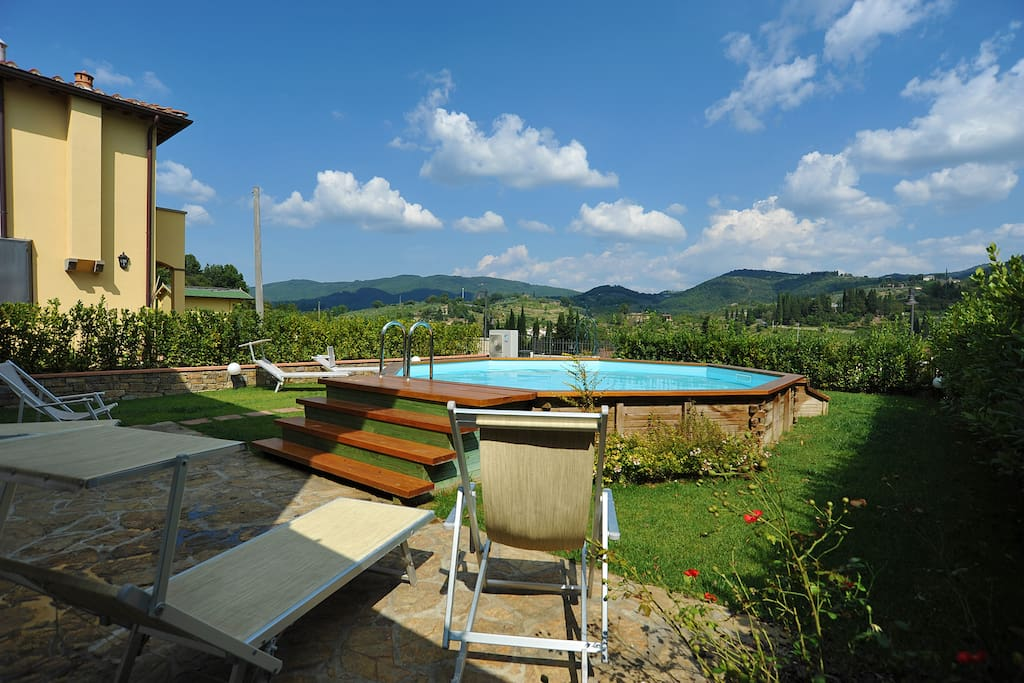 Garden with private swimming-pool