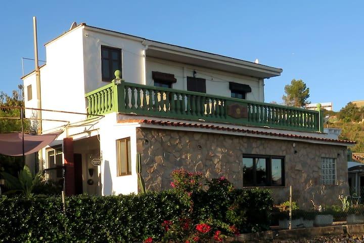 Habitaciones con desayuno. piscina y jardín