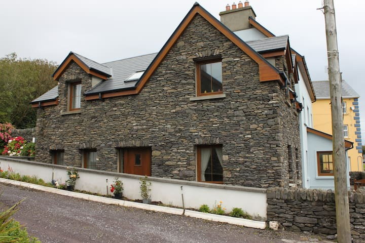 Superb Ventry village property 2 mins from beach
