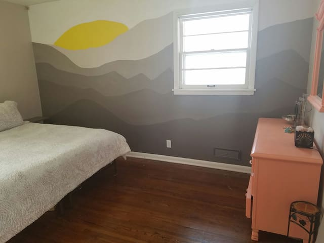 Cozy king bed with Private Bath in Arts District - Minneapolis - Ev