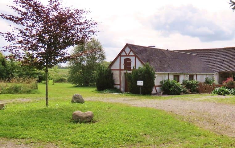 Fredeligt bondehus med have i skøn natur - Ugerløse - Huis