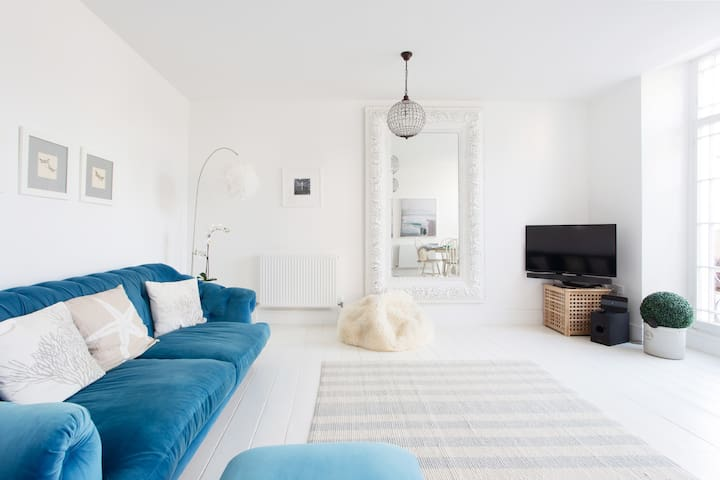 Gorgeous 2 bed Boutique Apartment near the beach
