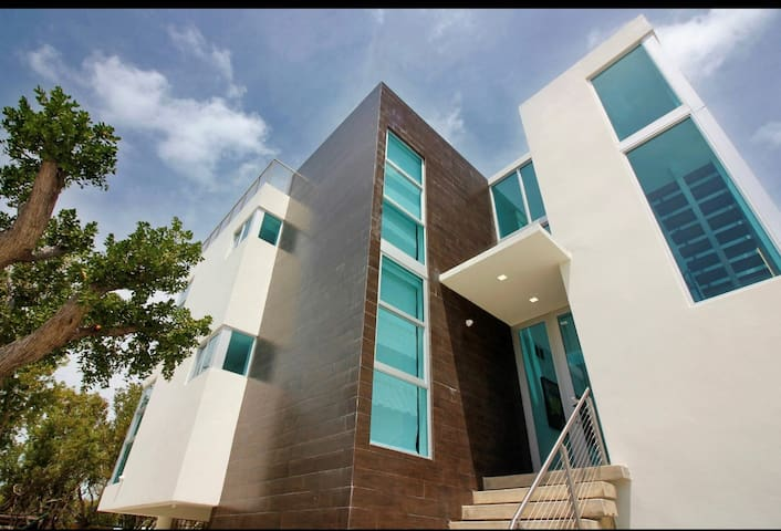 A Coastal Getaway the most beautiful modern house in Key Largo!!!