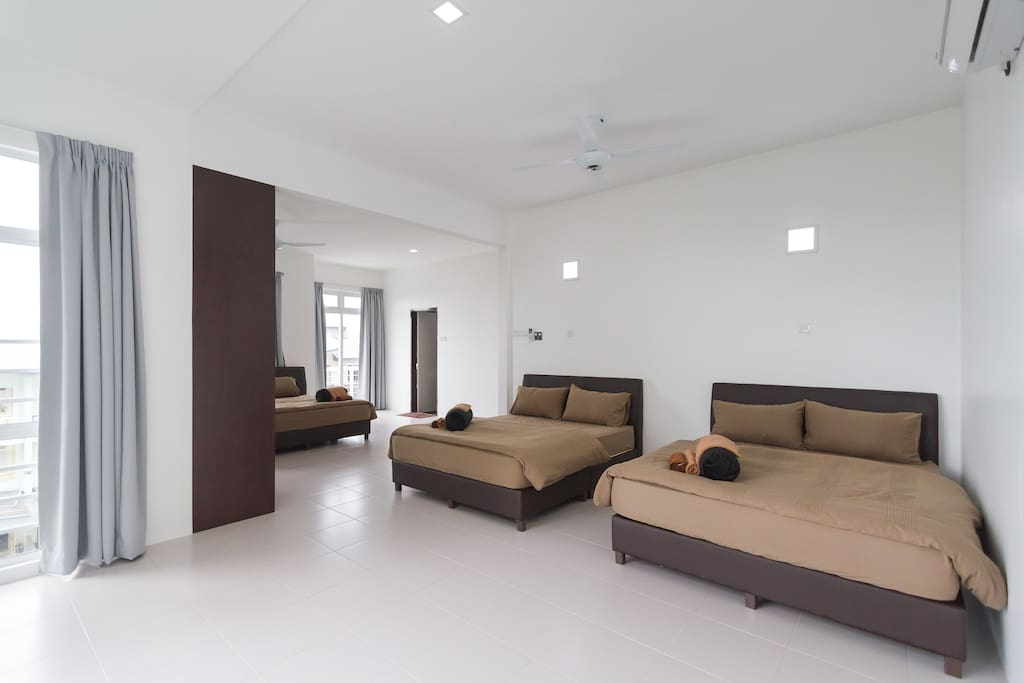 2nd Floor Room 1 ( 1 king size bed and 2 queen size beds) with Garden/Seaview.