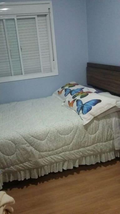 Quarto com cama de casal e closet para roupas