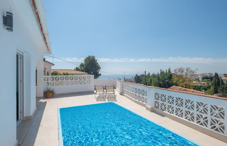 Detached villa, beautiful sea view, private pool near Benalmadena pueblo