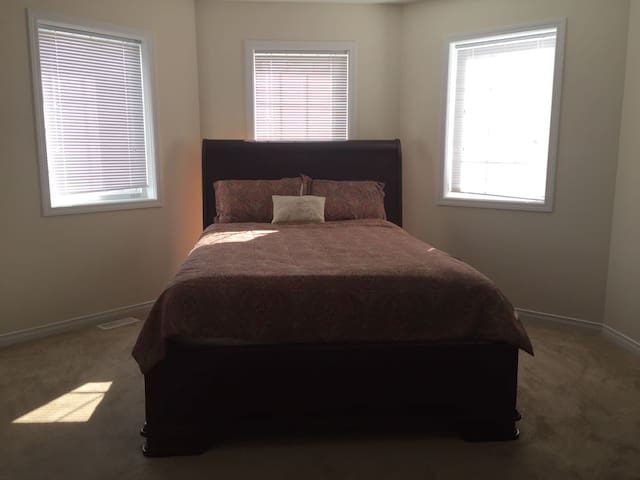 Cozy , clean , Close to Downtown brantford. - Brantford - House