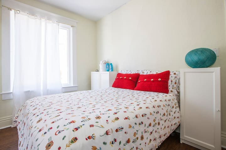 Cozy bedroom in Trendy Roncy& HPark