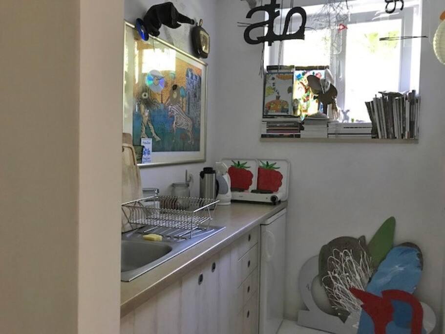 Różne dekoracje :-) trzeba uszanować! na podłodze oparte są obiekty – malarstwo na blasze. Widok kuchni.