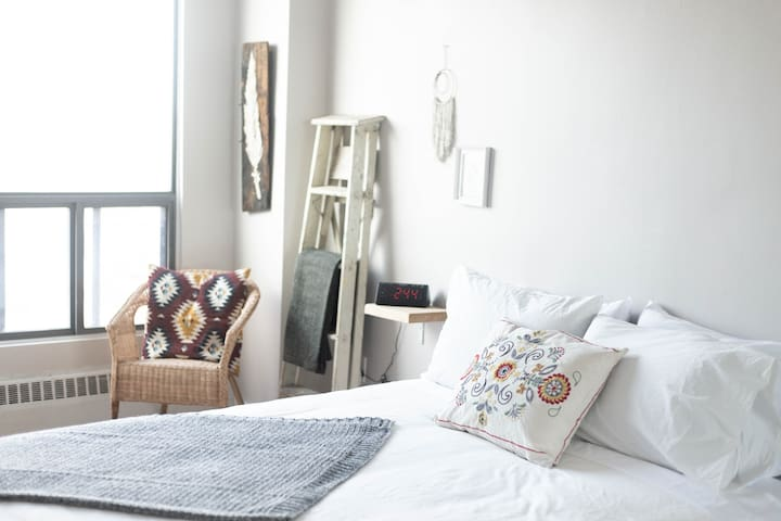 Hip & Cozy Queen West Apartment