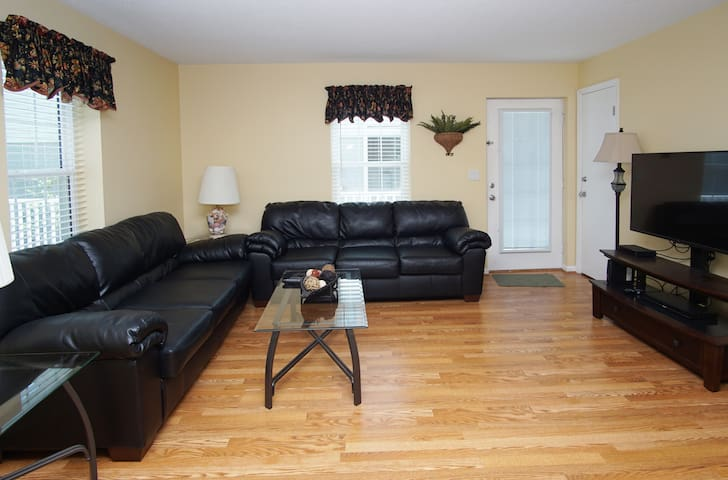 Flooring,Furniture,Couch,Living Room,Room