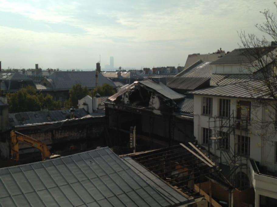 Vue sur les toits dans le ciel de Montmartre