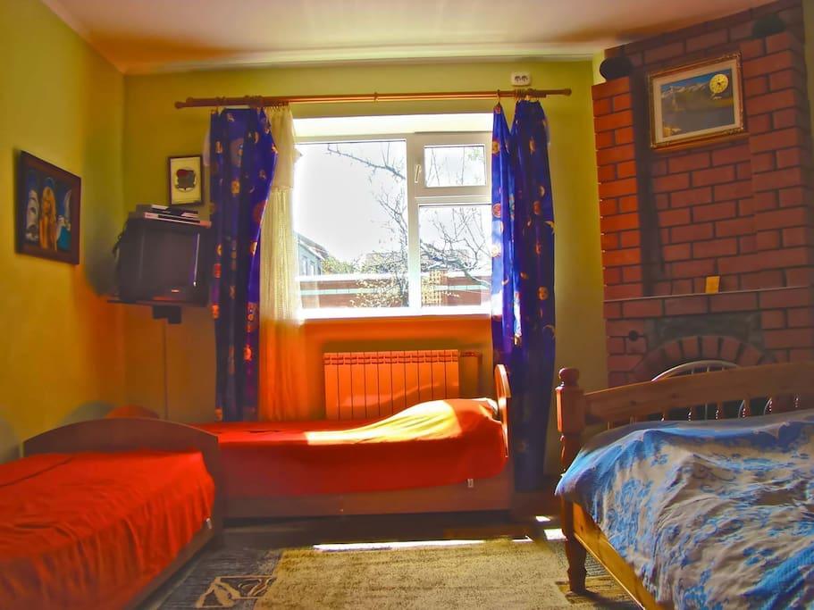 В спальной «Домика» располагаются двухспальная и две односпальные кровати. Также здесь есть кондиционер, телевизор со спутниковым телевидением, камин.