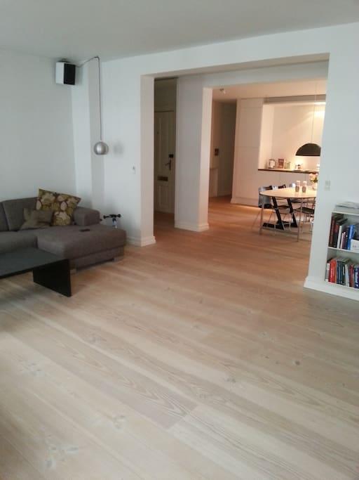 Lys stue med masser af gulvplads