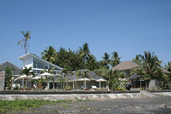 4 bdr villa Pantai  on beach with yacuzi