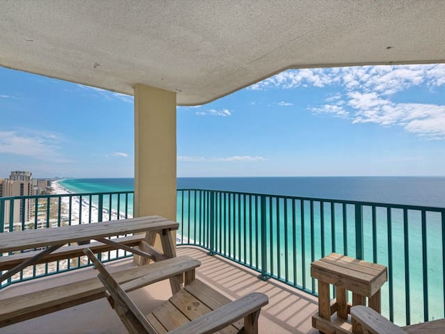 18th Floor Spacious, beachfront condo, Stunning views, Near Everything