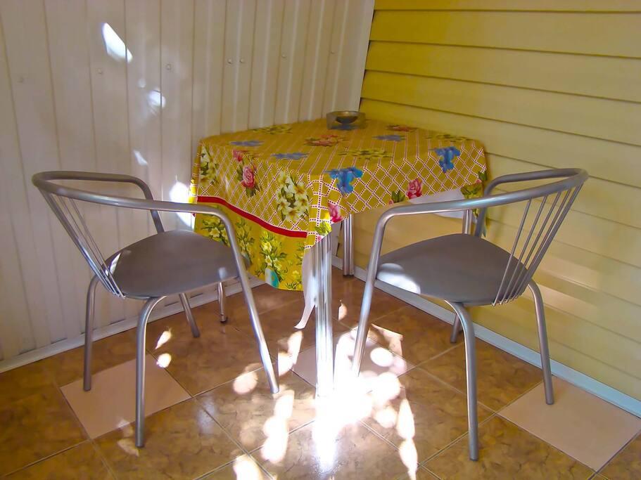 На теневой веранде расположен стол, предназначенный для трапезы четырёх человек, а также за ним приятно сидеть и читать газету или журнал, заниматься сёрфингом в Интернете жарким летним днем.