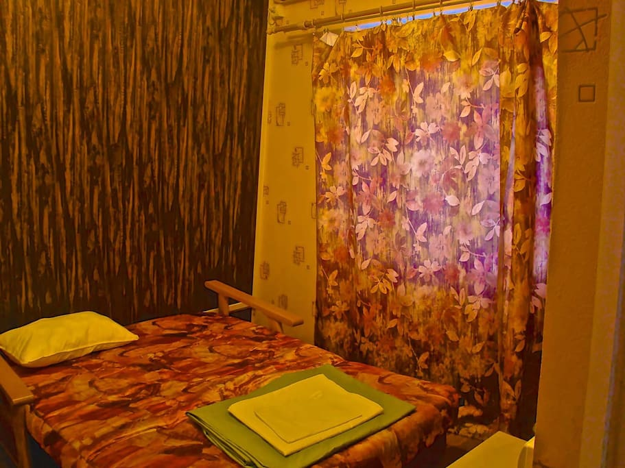 И в этой комнате также есть удобная и широкая двухспальная кровать, установлена сплит-система, охлаждающая весь номер в целом.
