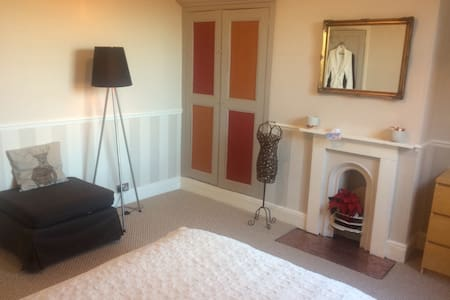 Double bedroom in Victorian house - Derby
