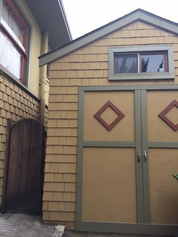 Charming Backyard Studio Cottage