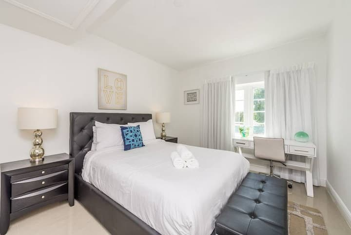 Belleza Queen Studio (Sleeps 2)