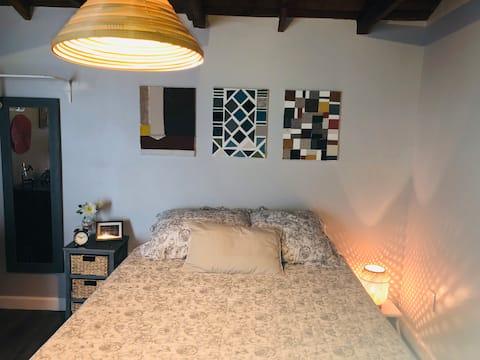 V - Private Studio Cabin steps from Calle 8 (Ap 5)