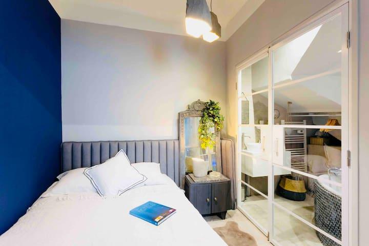 Découvrez la suite Candolle, voici le coin nuit avec sa salle de bain Balnéothérapie. Le lit est en 140cm, fabrication française à mémoire de forme :)