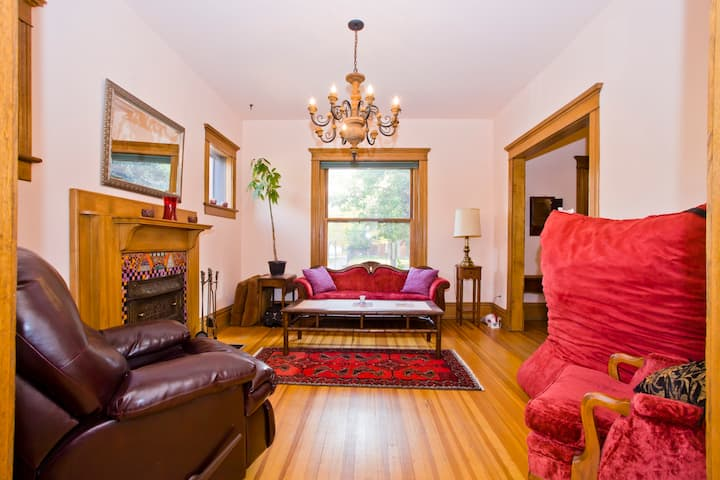 Gorgeous 2 BR, 2 BA Townhome!