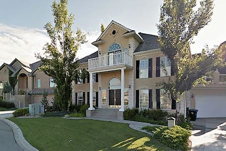 Luxury Family/Group Stay in Signal Hill - Calgary - Bed & Breakfast