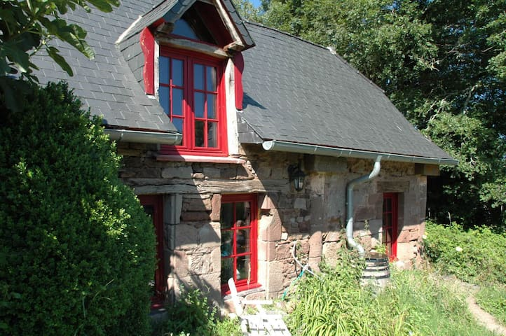 Detached cosy cottage on Domayne les Rues - Saint-Bonnet-la-Rivière - Luontohotelli