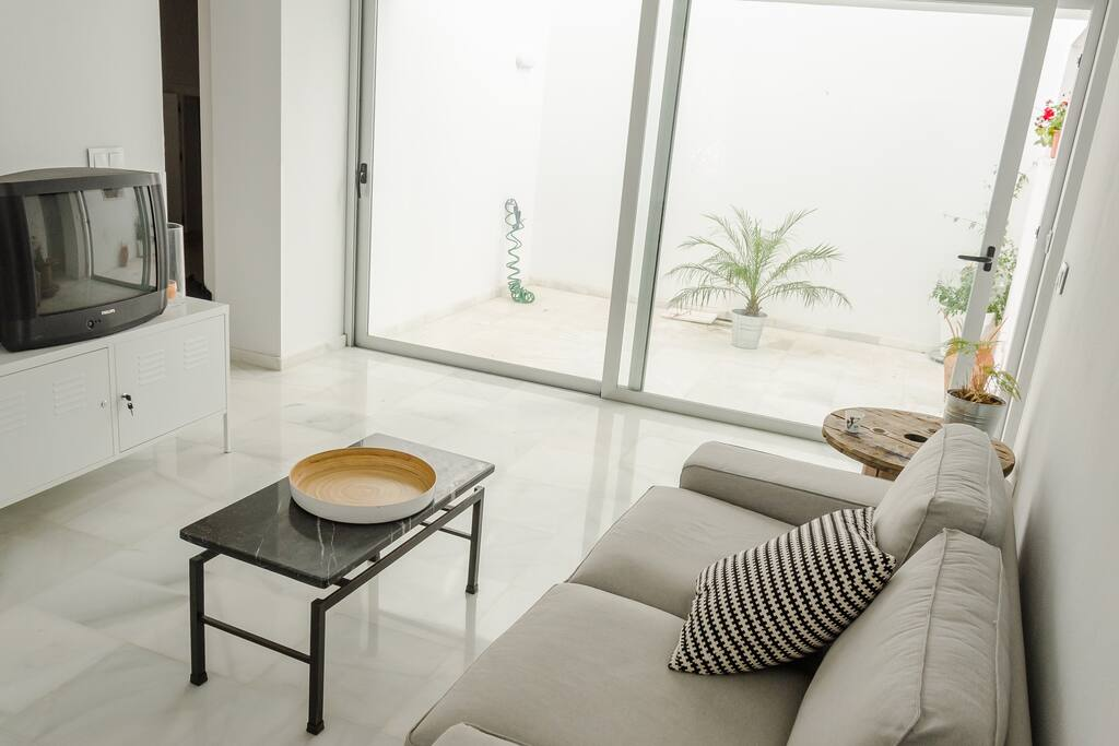 Vista del salón y el patio